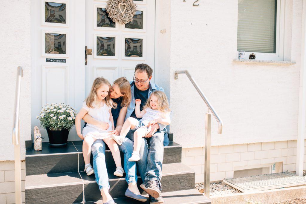 Familienreportage Homestory natürliche Familienfotografie Saarland Merzig Familienshooting Saarbrücken Trier Fotograf Familie Kinder Saarlouis Saarburg Luxemburg Photographie Poesie Haustürportraits