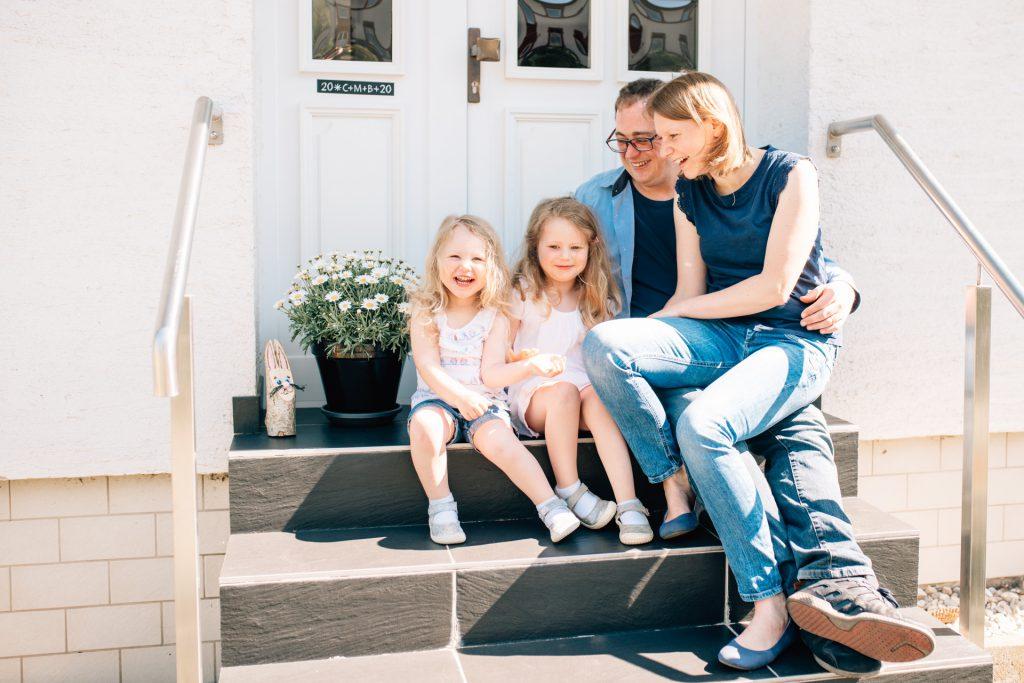 Familienreportage Homestory Familienfotografie Saarland Merzig Familienshooting Saarbrücken Trier Fotograf Saarlouis Saarburg Minimap Luxemburg Photographie Poesie Familienblog Haustürportraits